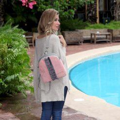 chica bolso mochila aleaspero eyre banda piel rosa detalle