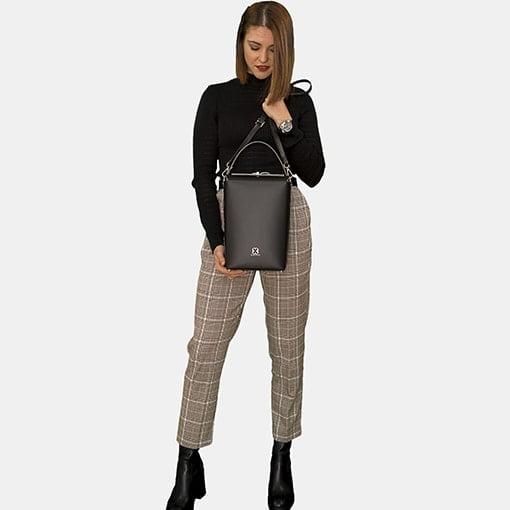 Bolso de piel negro con modelo