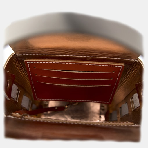 Detalle interior tarjetero bolso piel