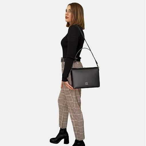 Modelo con bolso negro