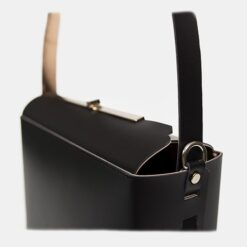 Detalle solapa bolso piel negro